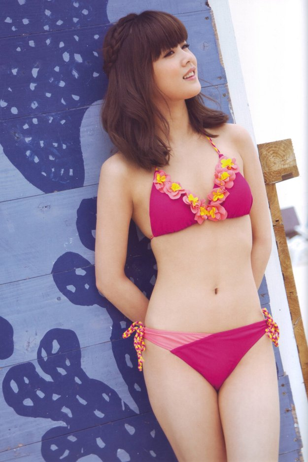 risa-niigaki-pink-floral-bikini-hot