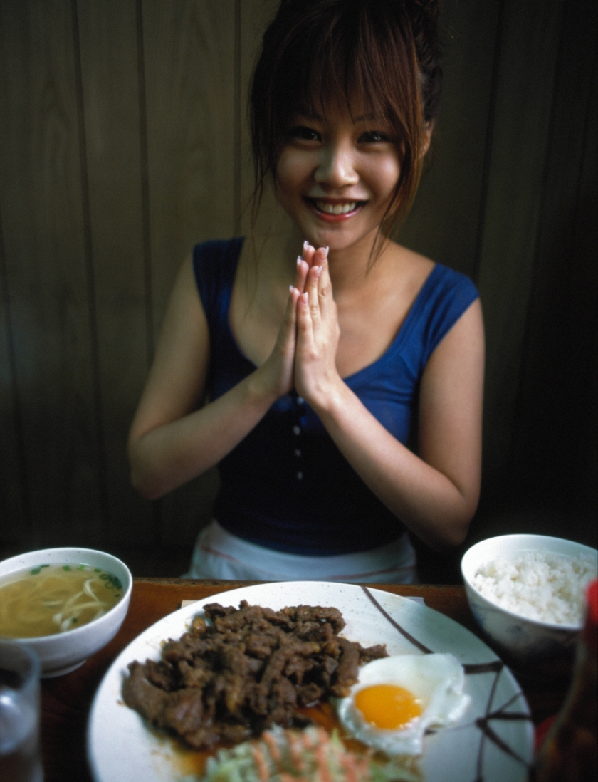 risa-niigaki-isshun photo book eating dinner